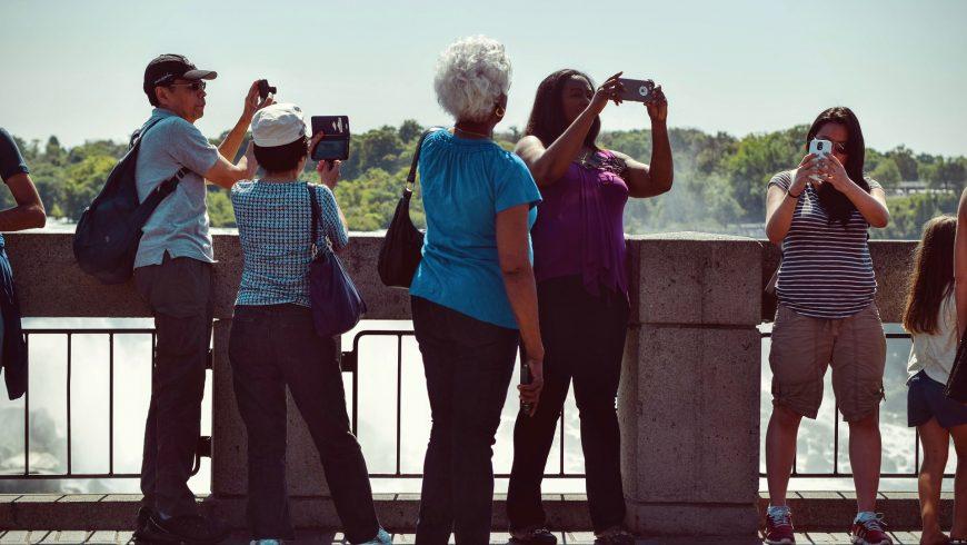 surtourisme, tourisme prenant des selfies