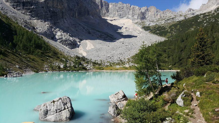 lac dans les alpes