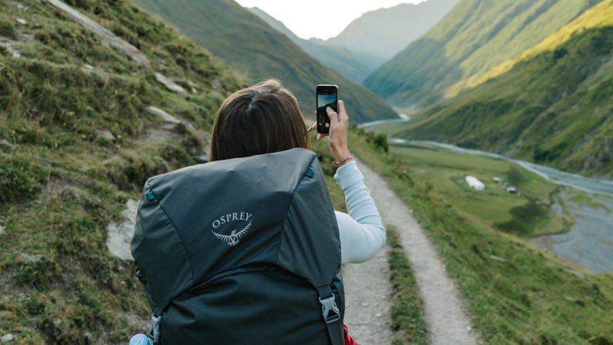 personne voyageant seule, surtourisme contrasté