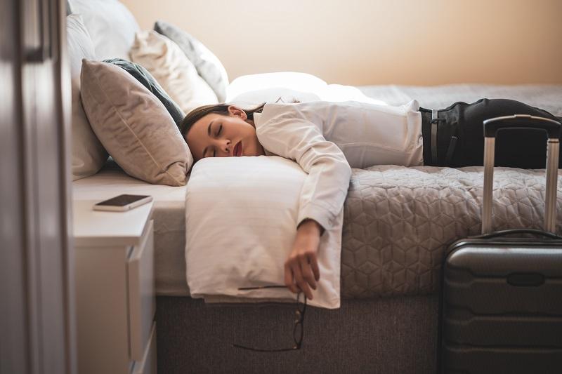 femme d & # 39; affaires épuisée qui dort dans la chambre d & # 39; hôtel