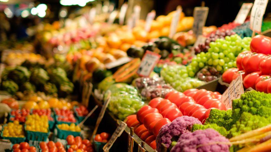Légumes dans un marché idéal pour une nutrition vegan