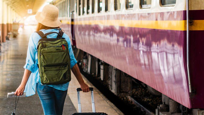 Voyageur durable: Une femme voyageuse seule planifie un voyage de sécurité pour des vacances d'été à petit budget après le coronavirus.  Vider les touristes sur les plates-formes ferroviaires.  Utilisez le train de bus transport durable et respectueux de l'environnement