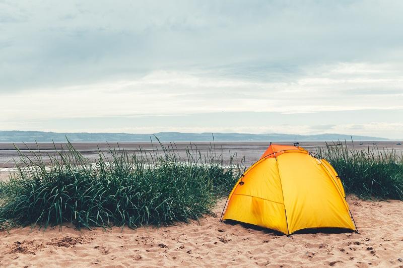 Tente jaune vif sur la plage
