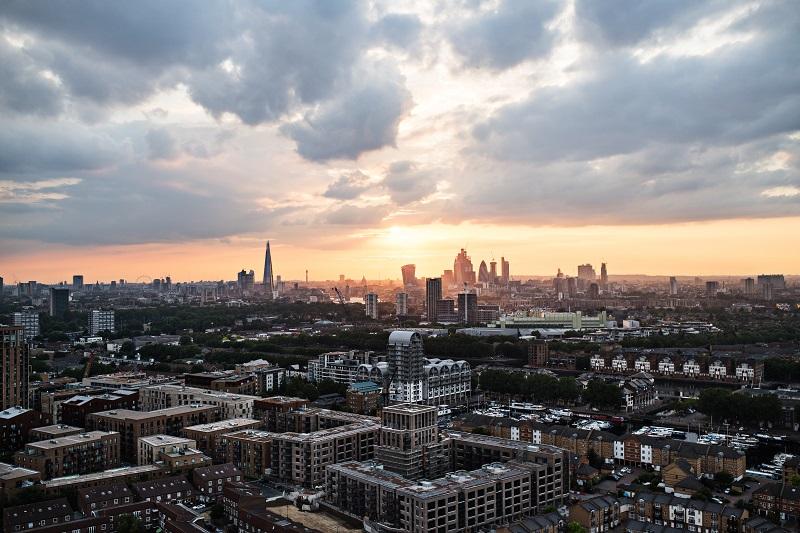 Un coucher de soleil sur une ligne d'horizon de Londres.
