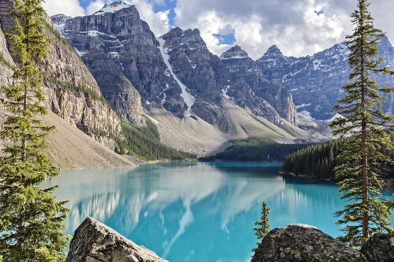 Lac Moraine dans les montagnes Rocheuses, Alberta, Canada
