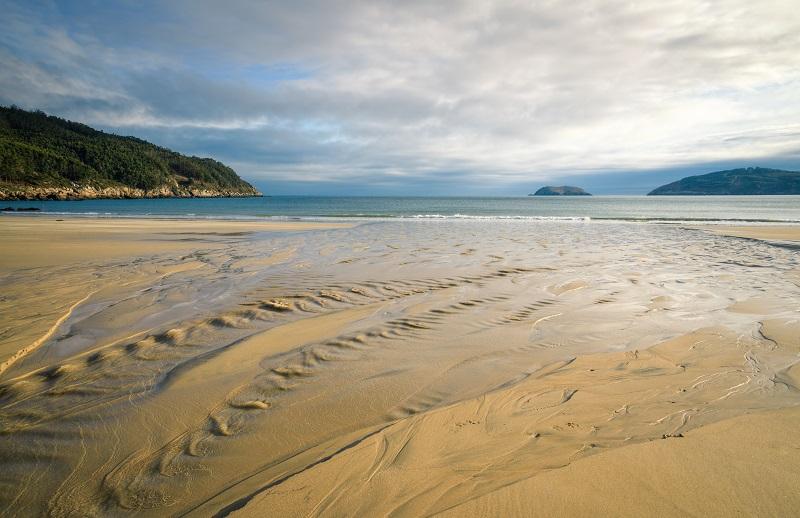 Un jet d'eau douce se jette dans une plage