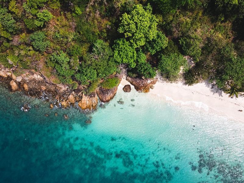 Vue sur la mer, plage sur l'île, île de la mer tropicale