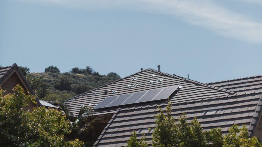 panneaux solaires sur le toit, résidence écologique