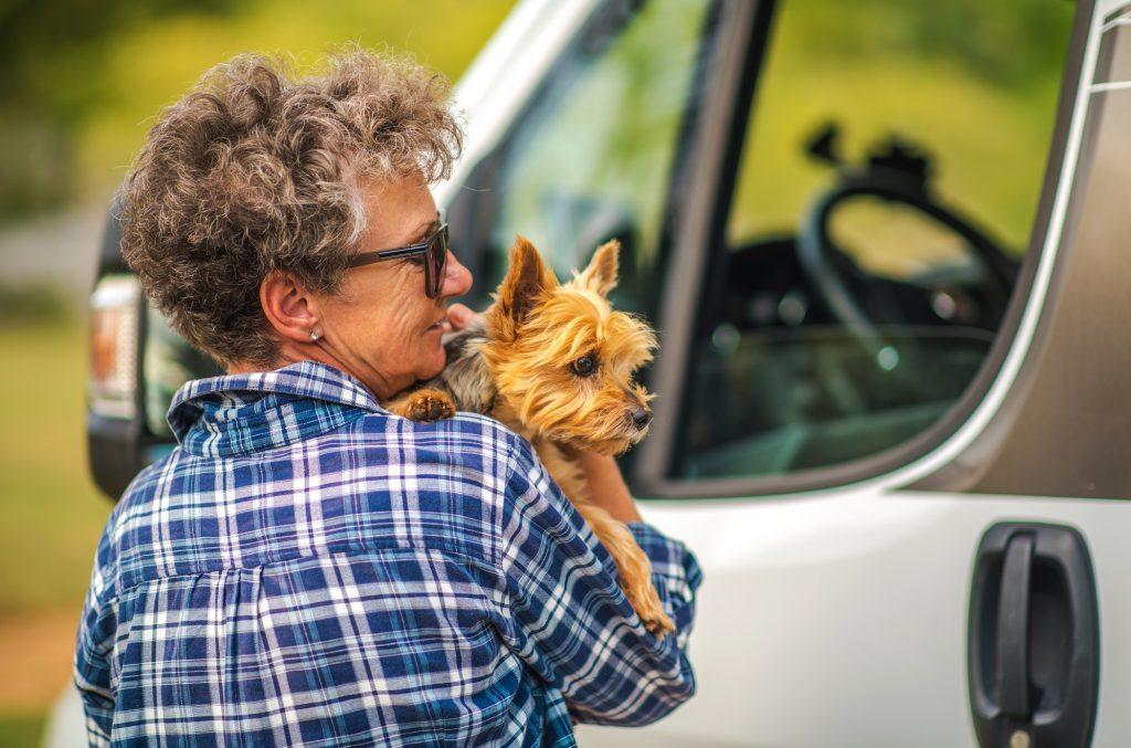 Femme voyageant avec un animal de compagnie