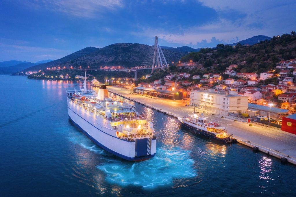 Vue aérienne du bateau de croisière au port la nuit