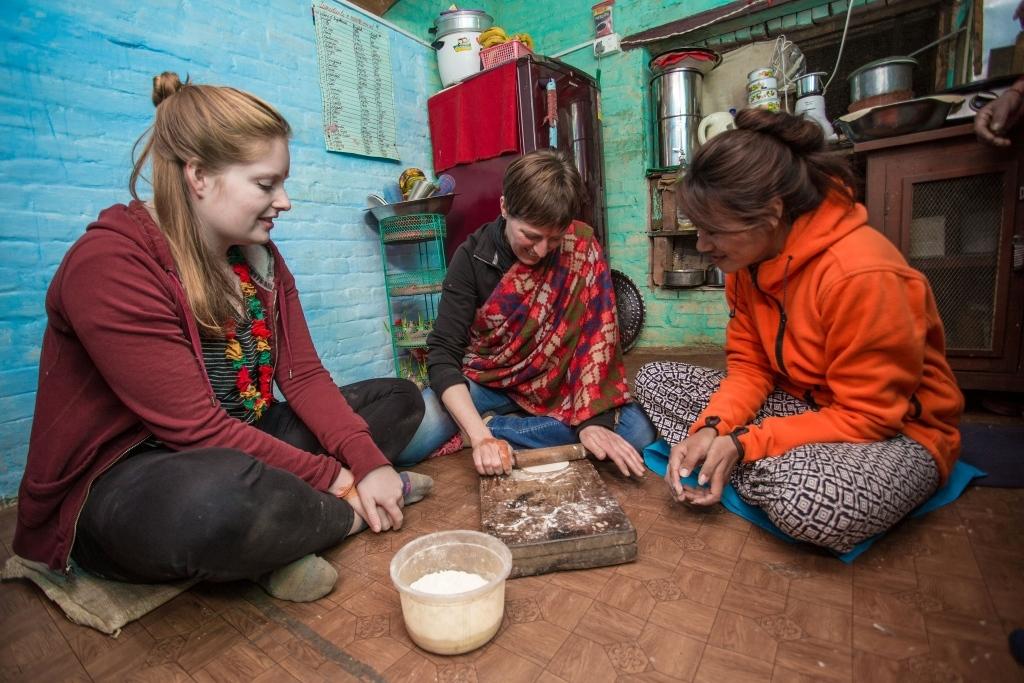 Les voyageurs cuisinent avec l'hôte à Panauti Community Homestay au Népal