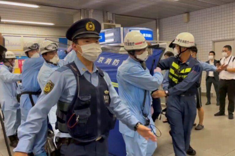 Dix personnes blessées dans un saccage de coups de couteau dans un train de banlieue de Tokyo